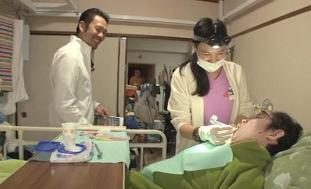衛生士が患者さんを治療する様子